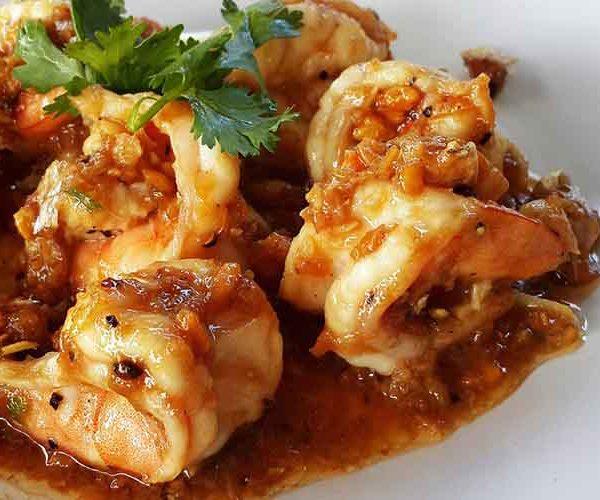กุ้งกระเทียมพริกไทยราดข้าว ทำกินเองได้ง่ายๆ ไม่ต้องง้อใคร